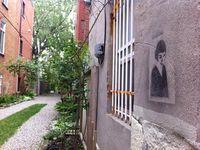La malicieuse Amélie Poulain (en pochoir sur un mur) veille à la tranquillité de la ruelle.