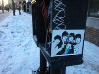 Les visages de Paul McCartney, John Lennon et des Fab Four surgissent sous la forme de petits autocollants.