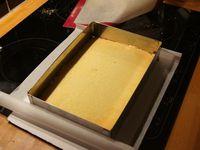 On coupe le biscuit, on le dépose dans le cadre et on le punch au sirop!