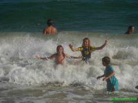 Les vagues font la joie des enfants! Les contrastes sont ... saisissants!