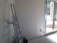 Les doublages sont aussitôt fait après les plafonds, avec une partie en hydrofuge pour la SDB. et un bloc porte en chêne massif.