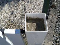Apres perçage pour fixer le nouveau poteau sur le fer scellé, remplissage de béton