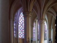 Promenade à l'intérieur. Observez les parties nettoyées avec les colonnes du choeur et les clés de voute polychromes des chapelles absidiales, entre autres splendeurs.