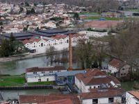 Angoulème. La cathédrale St Pierre, vue depuis les remparts, la mairie, le musée de la BD près de la Charente.