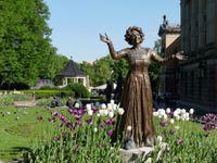 Oslo sous le soleil. Quelques unes des nombreuses statues de la ville. Le parc autour du château et la mairie d'Oslo qui fait face au port. Les rues tard le soir. Et, dans le hall de l'hôtel une étrange représentation du fantasme du voyageur !