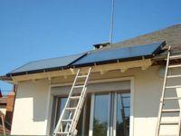 Schéma de l'installation, capteurs en place sur le toit et tuyaux de circulation du fluide