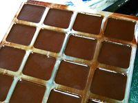 Tamiser ensemble, dans une passoire la plus fine possible, tous les ingrédients (sucre glace, beurre de cacao, cacao poudre, et éventuellement vanille poudre) - Fondre le tout au bain-marie en veillant à ne pas dépasser une température d'environ 50 degrés - Retirer la casserole du bain-marie et laisser tiédir le chocolat jusqu'à 32 degrés environ - Ajouter 1% du poids total, en beurre de cacao Mycryo et bien mélanger - Le chocolat est prêt à être utilisé (ici moulage de napolitains pour les enfants)
