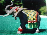 L'éléphant et les chevaux ont été habillés de dentelles par les enfants de l'atelier.