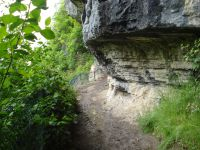 La vire à flanc de falaise mène aux cascades et laisse par moments entrevoir le bout du lac.