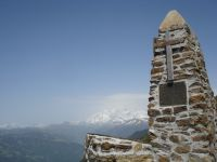 La Roche Pourrie et le sommet qui justifie son nom. Au loin, derrière le mémorial, le Mont Blanc.