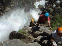 Le torrent gronde en contrebas et se pare de couleurs de l'arc en ciel tout au long de la montée de l'arête qui longe la cascade.