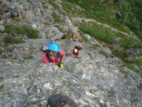 On aborde une longue verticale sur une roche colorée.