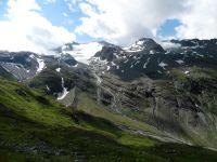 Dans la montée après le refuge de Prariond, les crêtes environnantes, les glaciers des sources de l'Isère et les cairns qui jalonnent le parcours.