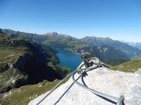Le roc du Vent se profile derrière le chalet. Le long du sentier les marmottes sont proches de nous. La progression se déroule sur des dalles obliques qui dominent le lac.