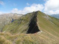 D'en haut on peut voir le lac de Roselend et le roc du Vent. Derrière, le chemin parcouru sur la crête.