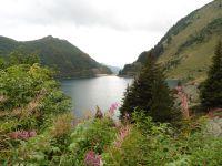 Le barrage et le hameau de la Gittaz avec sa chapelle de ND des Neiges.