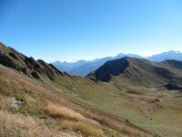 Au début la descente est un peu scabreuse mais, très vite on retrouve l'herbe de la combe sous le col et la roche de Corne Noire.