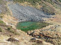 Dans la decente, la brêche de Parozan, le lac Tournant et les chalets d'alpage des Combettes.