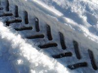 Aux granges de sur les Plans. Sur la piste les traces profondes de pneus.