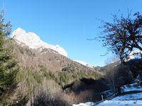 Entre le Trelod et l'Arcalod, la route peu enneigée amène au pont de Leyat qui marque le début de la montée.