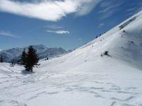 La descente vers le plateau et, au fond, la Pierra Menta..