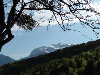 Depuis la route le sommet enneigé de la Tournette. Le col de la Cochette fait son apparition et on s'éloigne d'Entrevernes.