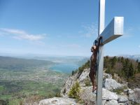 """La croix sur la montagne d'Entrevernes offre une vue sur """"le grand lac"""" et sur la Tournette. Le roc des Boeufs se détache plus loin."""