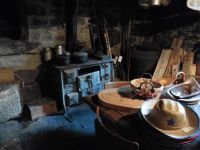 La vieille ferme restaurée qui abrite ce qui pourrait être une des sources de la Loire. A l'intérieur, une boutique où sont exposés des objets anciens.
