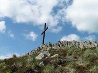 Le deuxième sommet est surmonté d'une croix. Elle a été installée par des prisonnier français au retour des camps en Allemagne.