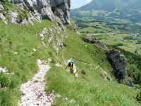 Au dessus du col du Grabillon se dresse la falaise du mt Outheran. Un sentier escarpé la contourne. Un peu d'escalade dans la brume et on rejoint le plateau.