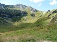 Les contreforts de la Dent de Rossanaz et le sommet de cette dernière. Le bas de la combe et le Mont Colombier.