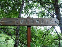 La prévention ne manque pas d'humour à Aillon...le Vieux. Un sentier bien balisé qui s'élève en sous-bois.