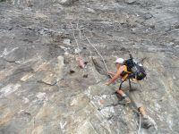 Au pied du mur...La falaise du Dérochoir et le parcours pour rejoindre la crête.