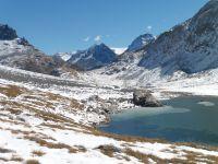Le lac Rond où se reflètent les sommets et, plus bas, le lac du col de la Vanoise avec les premières traces de gel.