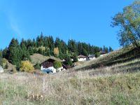 Le hameau des Combes d'en Haut avec une petite niche creusée dans un rocher.