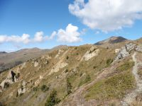 De l'autre côté de la Combe, sous le Bozelet, l'arrivée et le cairn du sommet.