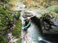 On franchit des obstacles de part et d'autre de la cascade.