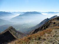 Au sommet, une table d'orientation, une vue sur la Combe de Savoie avec le massif du Grand Arc. La descente du Rocher Prani est amorcée.