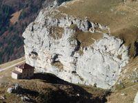 Les crêtes très découpées de la Tournette. Plus bas, le refuge qu'observent les gros yeux du rocher.