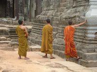 Pas de temples sans bonzes : des jeunes, des adultes.