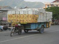 Sur la route de Phnom Penh, des transports de marchandises et de passagers.