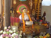 Le Wat Phnom. Dans le parc un Naga tressé en bambous (serpent mythique à 7 têtes) est en construction pour les fêtes du nouvel an. Dans le temple, une représentation de Madame Penh.