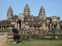 Angkor Wat, le plus grand temple du site. En bas-relief, des Asparas (nymphes).