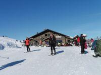 Le refuge de l'Alpage, très fréquenté. Retour le long de la piste Sarrazine.