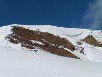 De chalet en chalet, la voie est toute tracée. Derrière le Cochet, la dent de Burgin. Des plaques de neige ont glissé dans la pente.