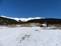 Le village d'Aussois avec un manteau neigeux réduit au départ. En noir et blanc des rayons de soleil sur la neige.