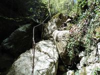 Le long du sentier des équipements aident la progression. On rencontre une première cascade.