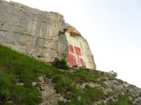 Le drapeau de la Savoie sur la paroi et le cheminement sur la vire.