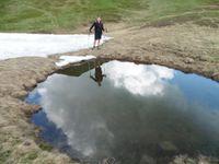 Dans la descente, le miroir des petits plans d'eau. La rencontre d'un troupeau de chèvres.