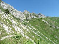 Le sentier contourne la Pointe de Chauriande et s'élève en passant sous les crêtes.